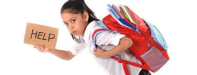 Peso excessivo na mochila pode causar problemas de coluna nas crianças