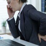 Dores de cabeça frequentes podem estar associadas a problemas na coluna