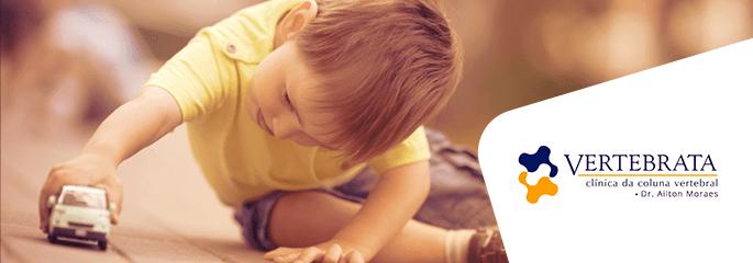 Como cuidar da coluna das crianças